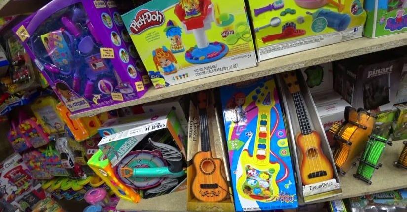 Детские игрушки и музыкальные инструменты (гитары)