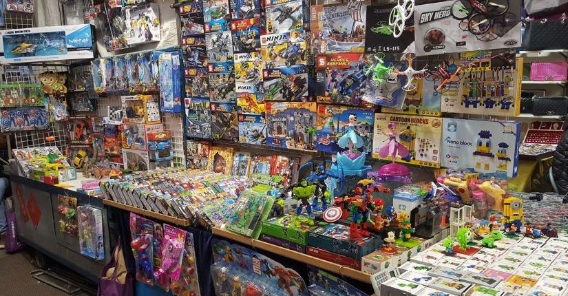 Детские пластмассовые игрушки на оптовом рынке Иу