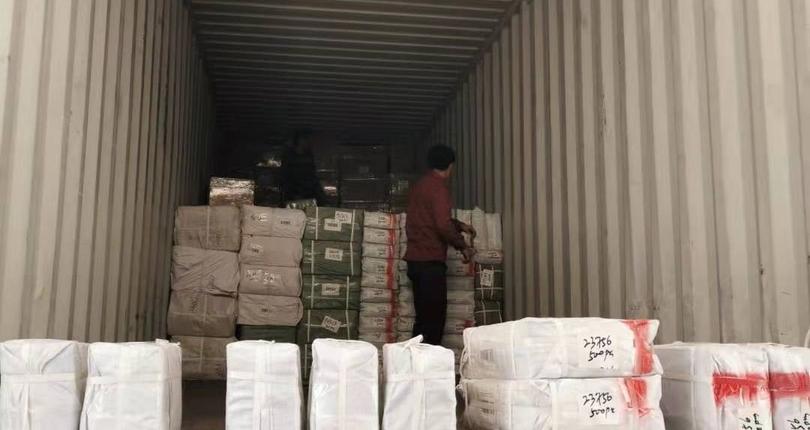 Погрузка товаров в контейнер