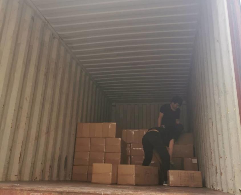 Погрузка груза в контейнер в Китае